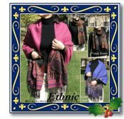 ◆美しいオリエンタルな模様が秋冬にピッタリな大判ストール。鮮やかな色使いと裏面のブラック系のお色、表裏どちらが見えてもOKなのも嬉しいポイント。◆